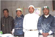 萬さん(右から2番目)と塗装職人の皆さん
